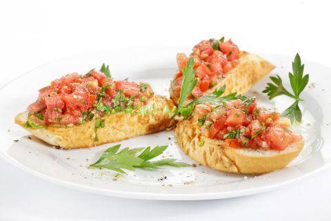 Брускетта со свежими томатами, травами и оливковым маслом