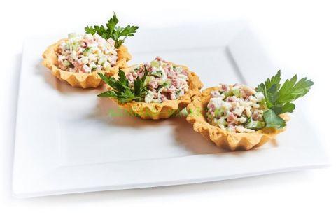 Тарталетка с салатом оливье с ветчиной