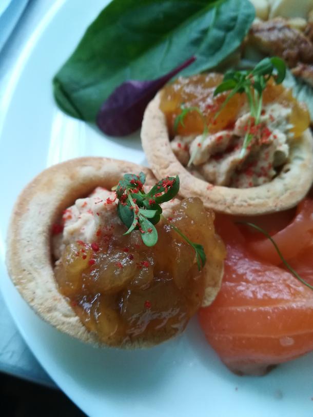 Карамельная груша с паштетом из тунца в тарталетке