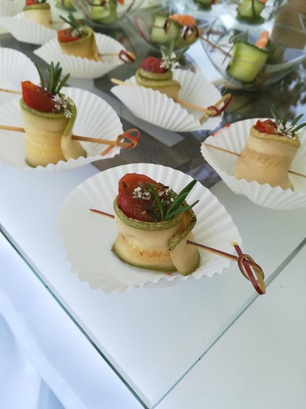 Ролл из цукини с моцареллой, печеными томатами и размарином